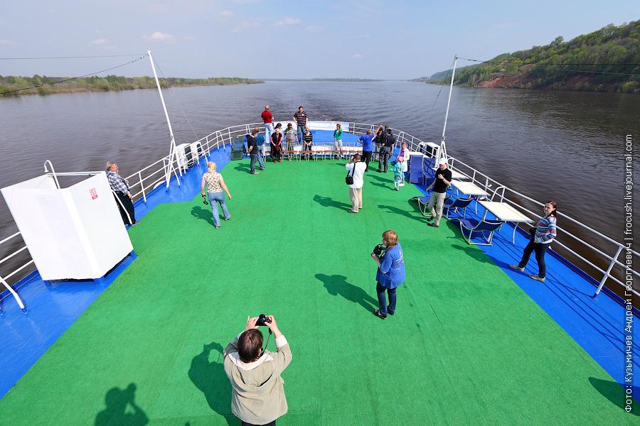 Туристов теплохода приглашают на шлюпочную палубу. Будем делать групповое фото
