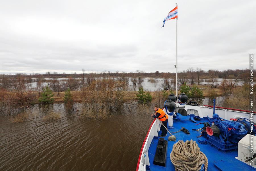 теплоход Василий Чапаев поперек рукава реки Вятки напротив поселка Медведок