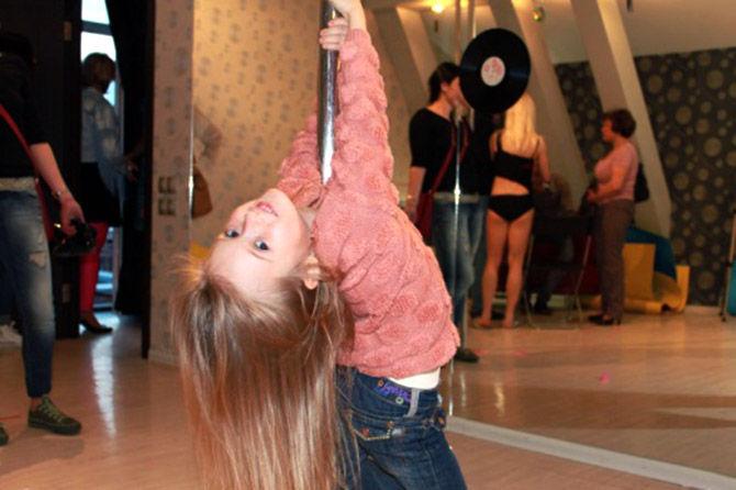 казахстанская девушка школьница танцует стриптиз