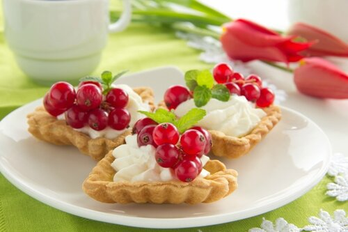 Tartlets with cream and currants.
