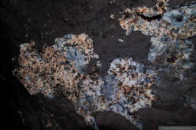 Полевой шпат на стенах каменоломни (14.08.2013)