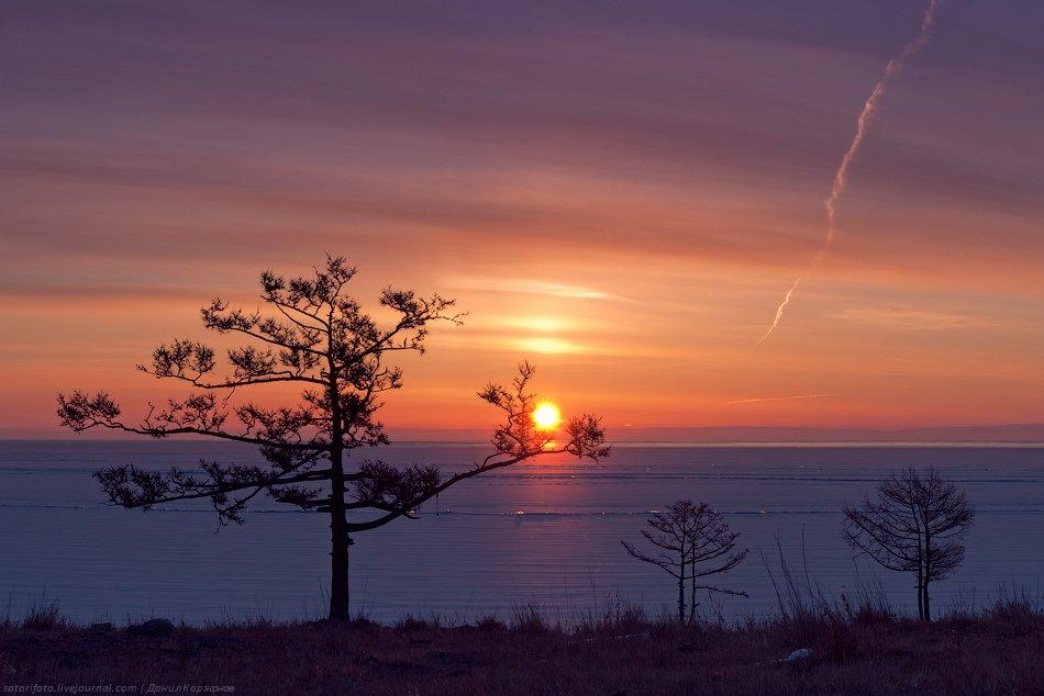 Солнце поднимается из-за горизонта, раскидывая солнечные зайчики от поля торосов. Кажется, что перед