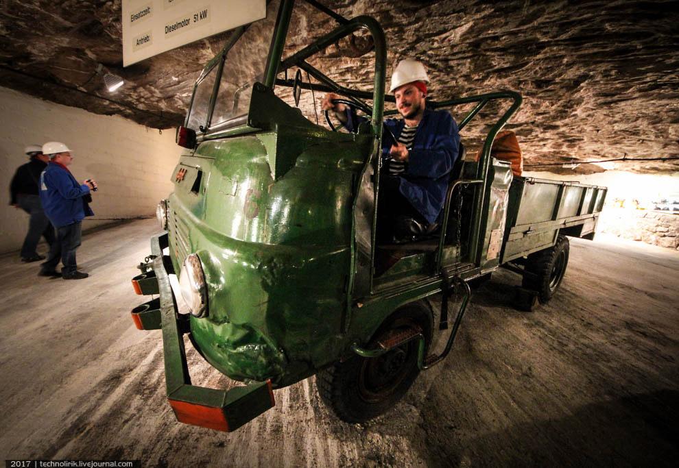 12. А это диковинное транспортное средство использовалось для перевозки взрывчатки и вдувания гранул