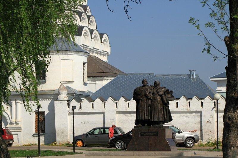 Памятник Петру и Февронии у Свято-Благовещенского мужского монастыря в Муроме