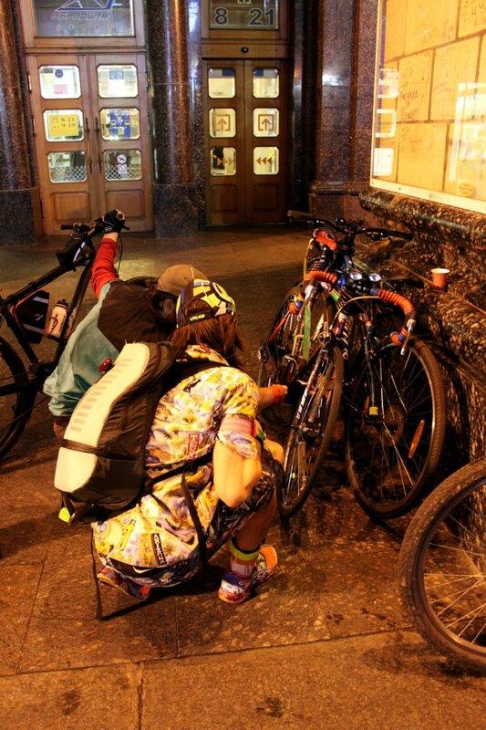 Участники Bike Light Ride 2013 готовят байки
