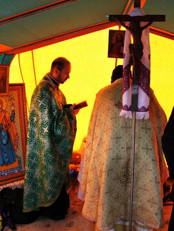 Богослужение в палаточном храме