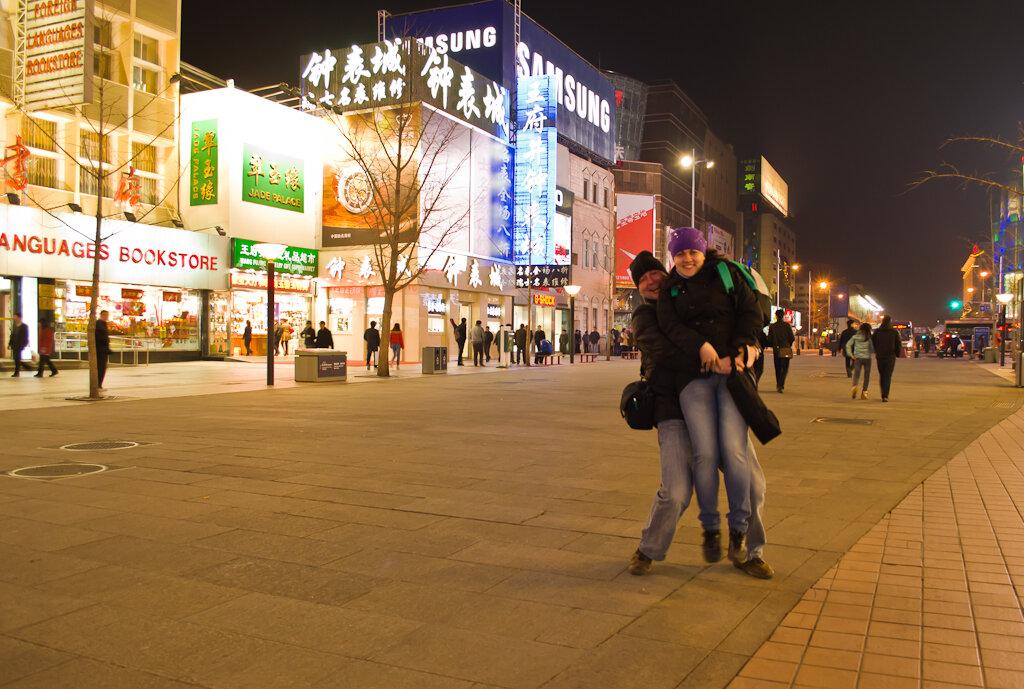 Поездка в Китай самостоятельно. Что посмотреть в Пекине. Вечерний портрет на улице Ванфуцзин (Wangfujing). Автор - штатив.
