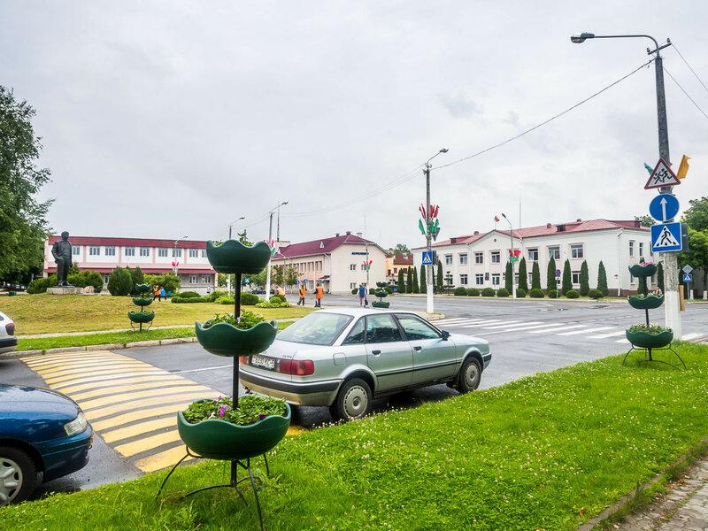 На улицах полно рабочих, облагораживающих территорию. Что типично для Беларуси.