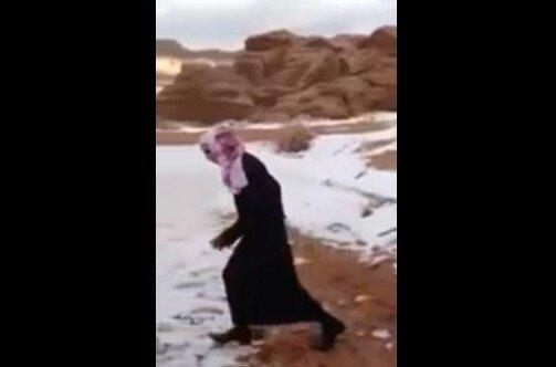 Первый снег в жизни бедуина. Саудовская Аравия такая дикая =)