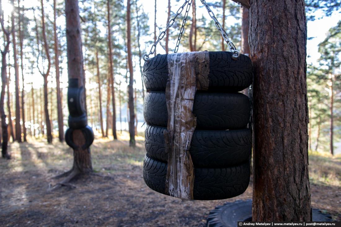 Для тренировки в лесу висят покрышки