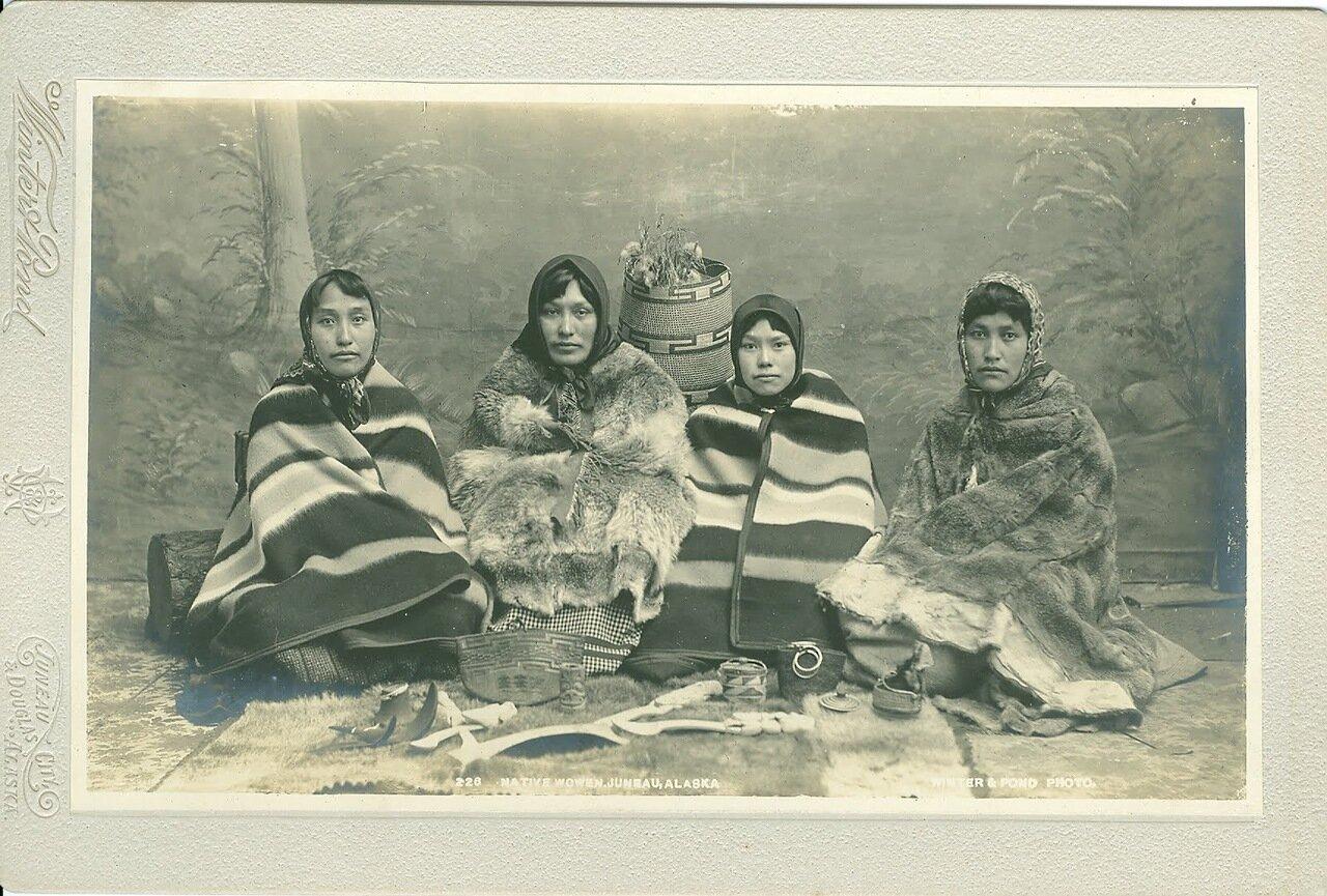 1890. Тлинкитки в национальной одежде. Джуно