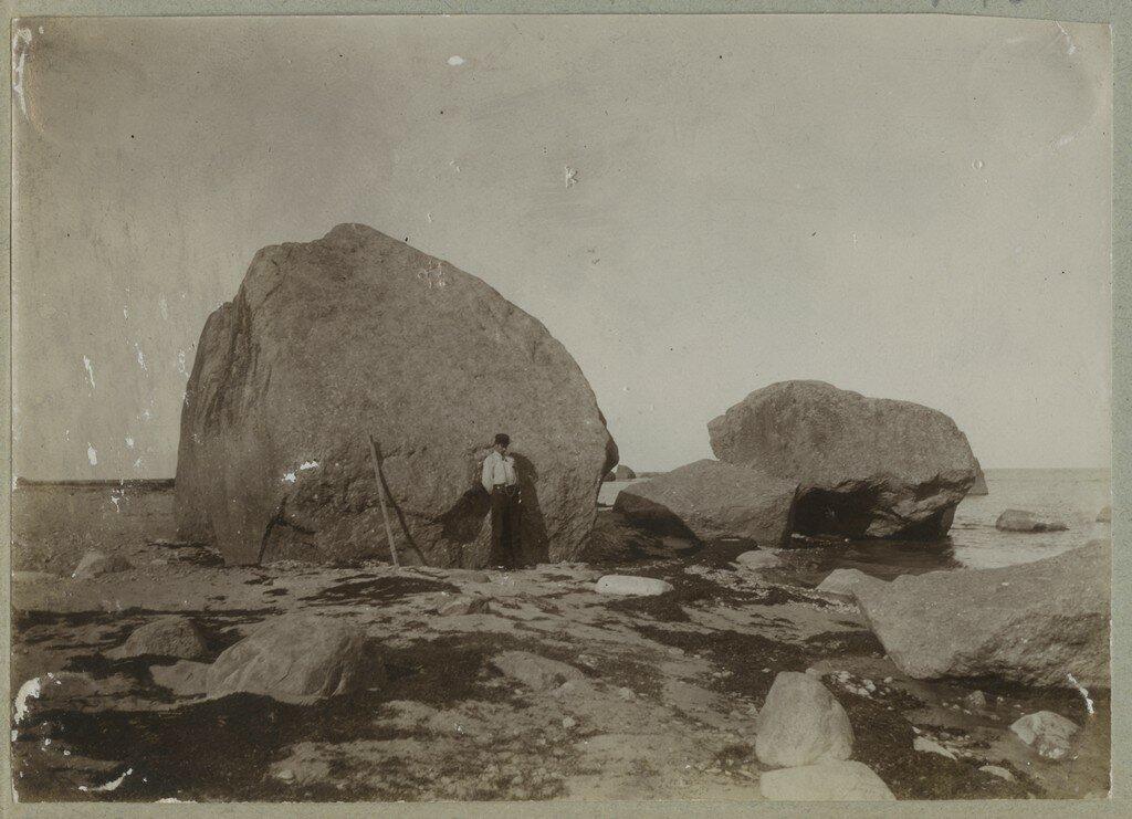 1900. Валун Вана-Юри на побережье Кясму