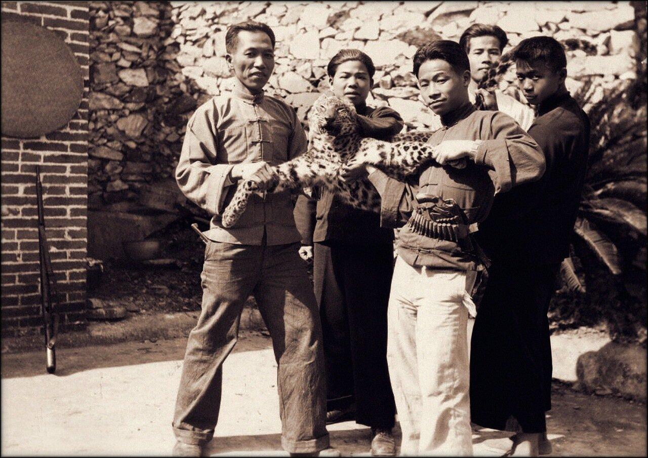 1932. Мужчины с леопардом в миссии Донган