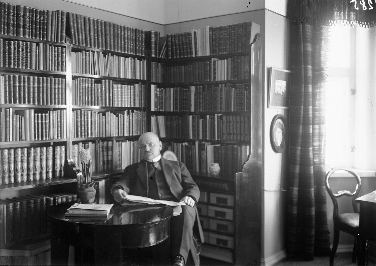 Карл Конрад Менандер у себя дома на Нервандеринкату, 5 в 1915 году.