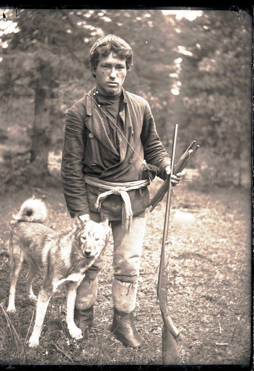 1912. Село Ларьяк. Остяк-охотник