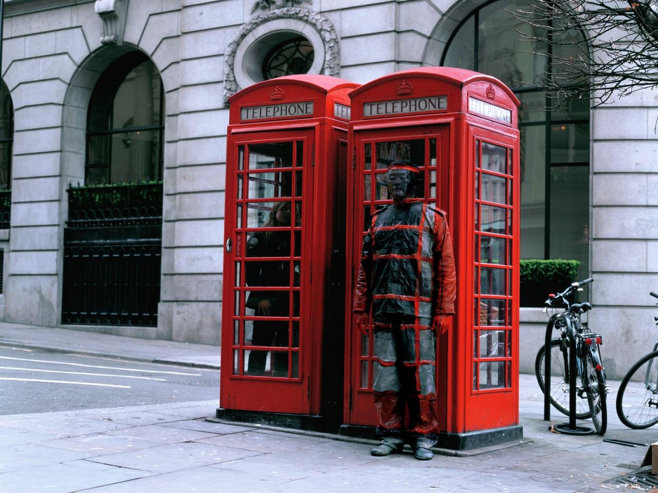 liu_bolin_hitc_no.65_telephone_booth_photograph_118x150cm_2008