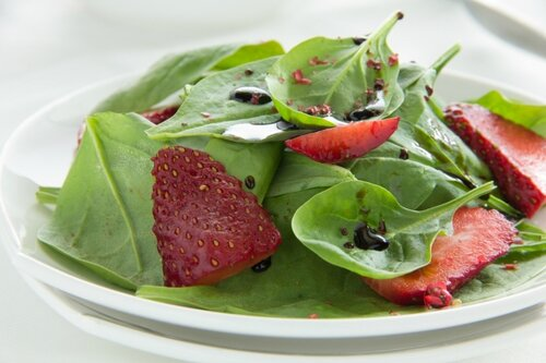 Salad with spinach and strawberries.