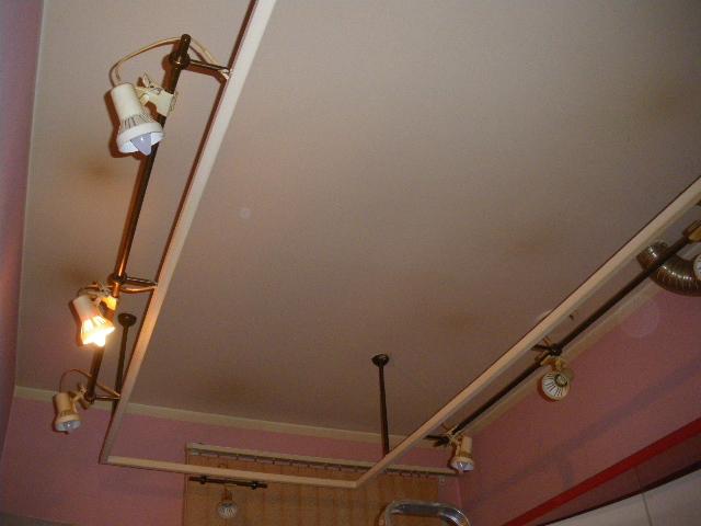 «Трековые» светильники из финских «прищепок» на кухне. Большая Московская улица (Центральный район Санкт-Петербурга), декабрь 2009 года.