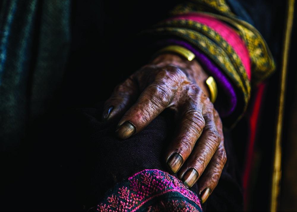 Окрашенная индиго рука жительницы деревни Сапа.