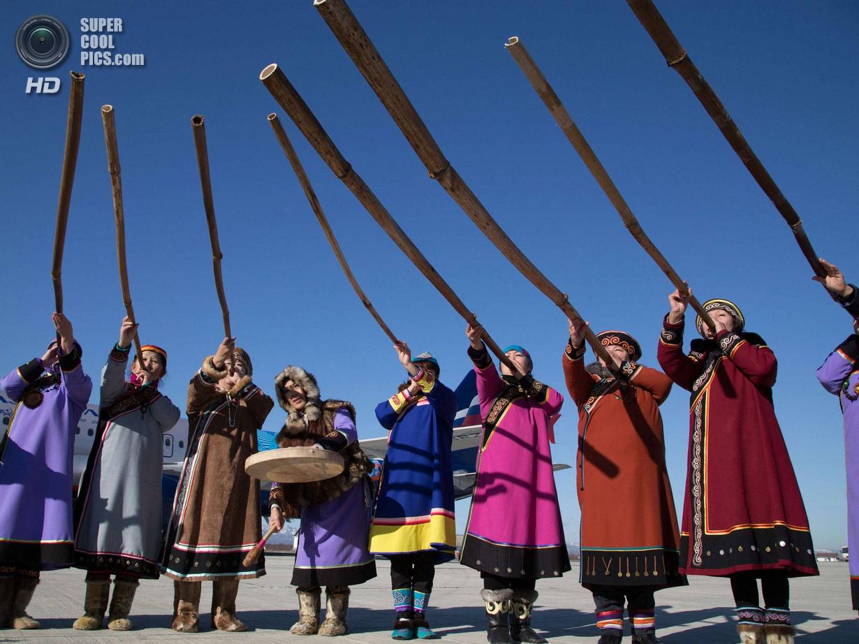 Россия. Южно-Сахалинск. 14 ноября. Во время приветствия в аэропорту. (Sochi 2014/Getty Images)