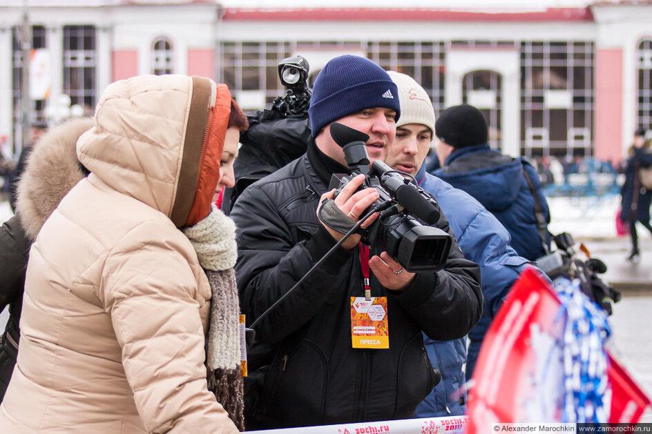 Пресса телевидение на эстафете Олимпийского огня в Саранске