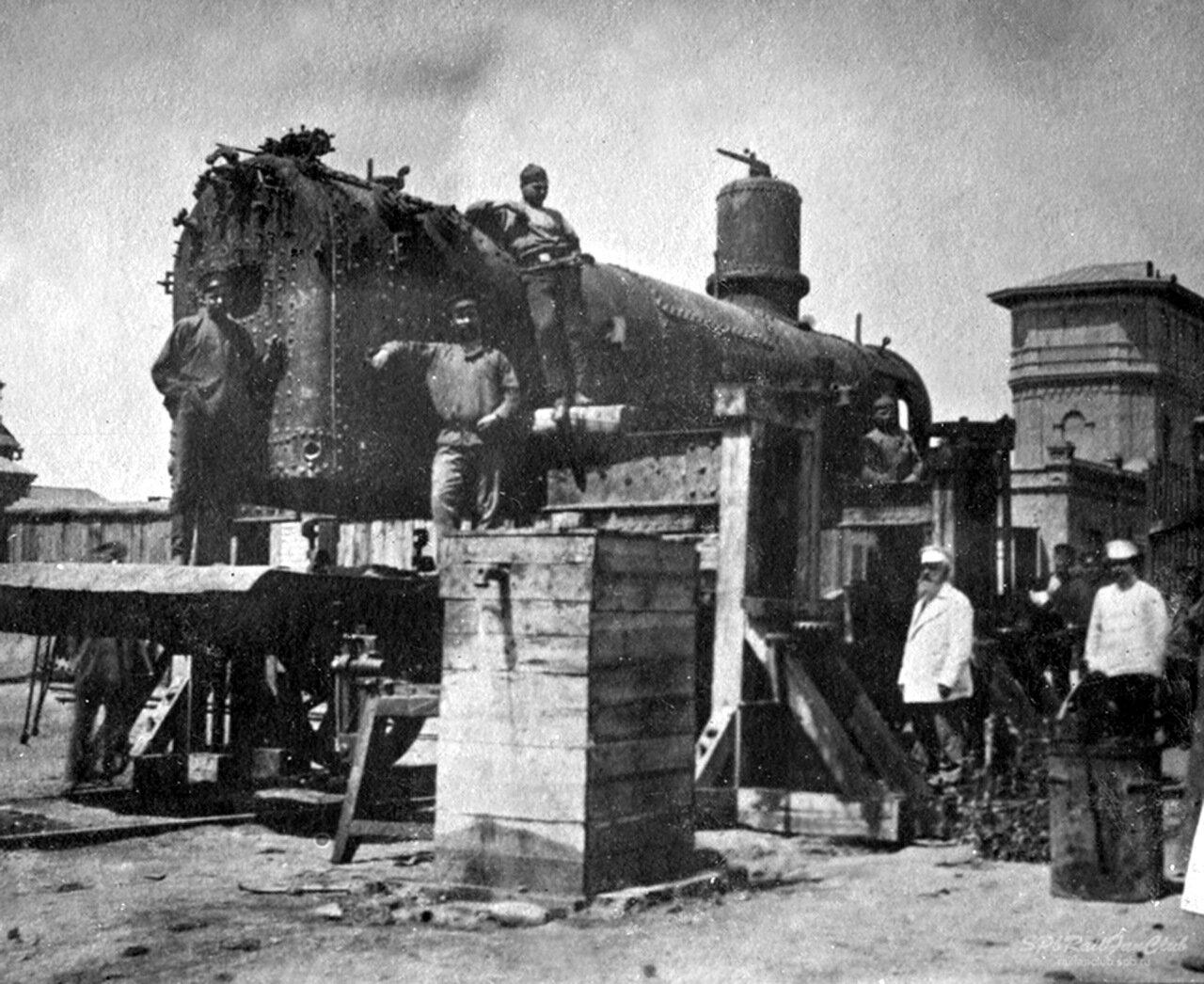 Подъемочный ремонт в паровозном депо. 1900-е.