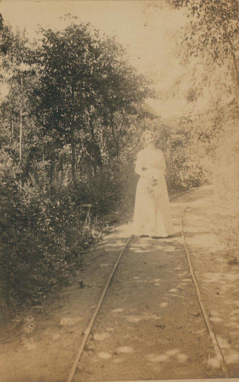 Элеонора Прэй на рельсах в лесу Седанка, июль 1899