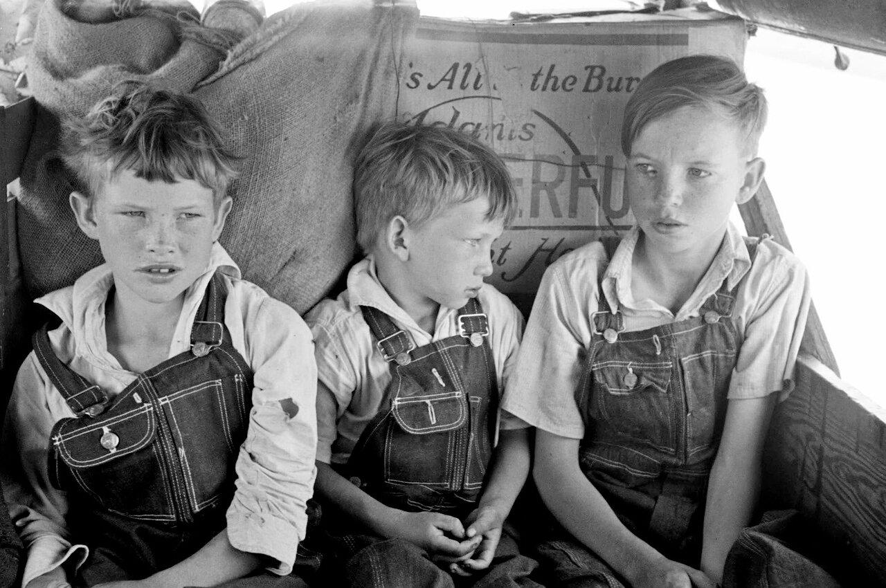 Дети сезонных рабочих на заднем сидении семейного автомобиля. К востоку от Форта Гибсона, округ Маскоги, Оклахома, 1939