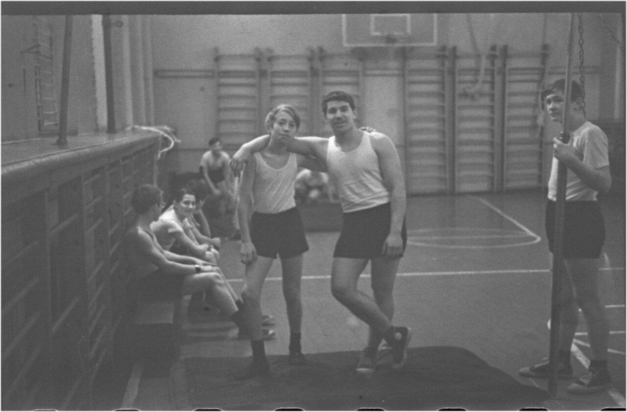 1969-70 класс 8 В. Физра.  Андрей Черенков. Юра Зайцев.  Андрей Мануков. Боря Богомолов