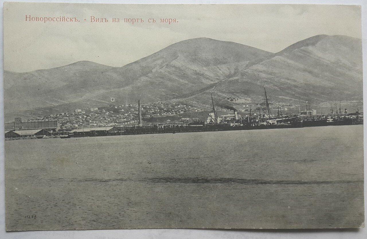 Вид на порт с моря