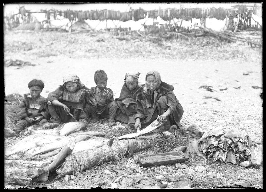 Женщины береговых коряков сушат рыбу