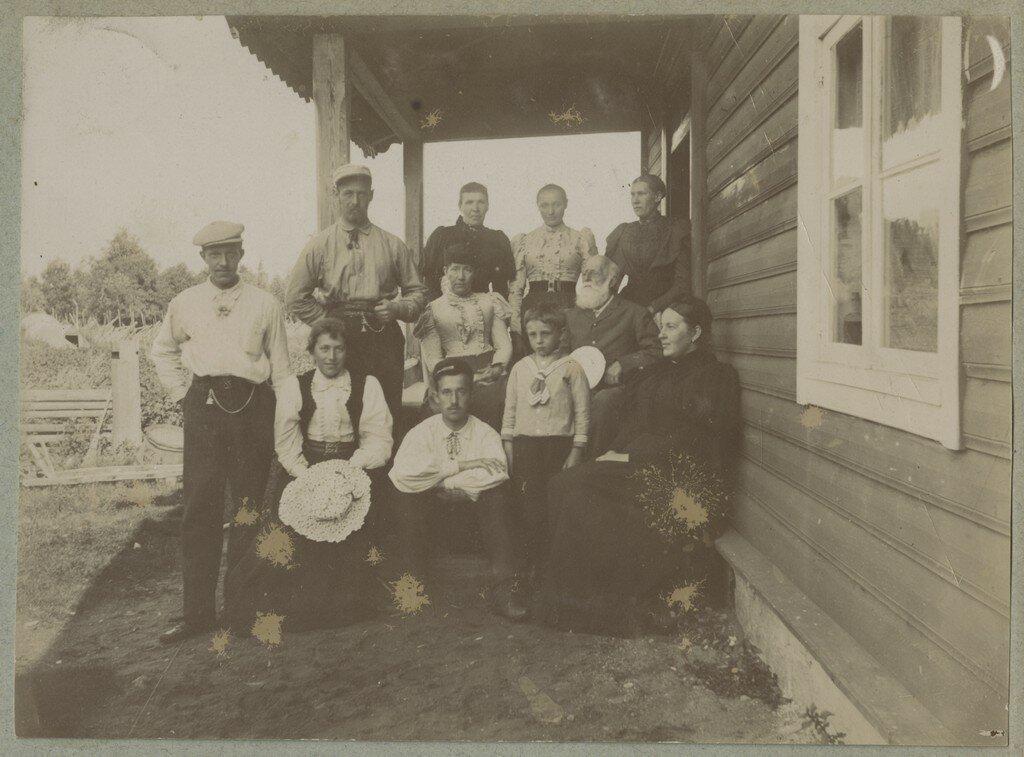 1900. Группа отдыхающих на крыльце