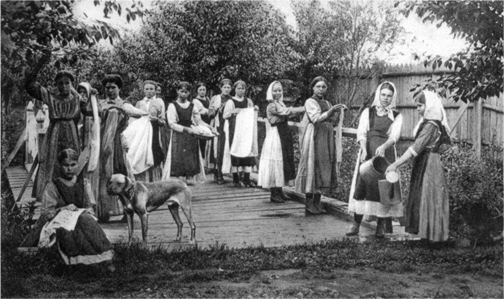 Воспитанницы Бийского благотворительного общества за работой
