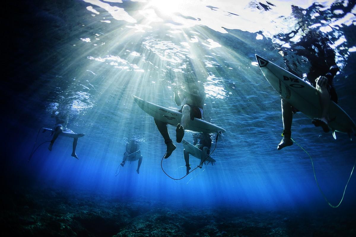 TAVARUA UNDERWATER  SURFINGIN  FIJI
