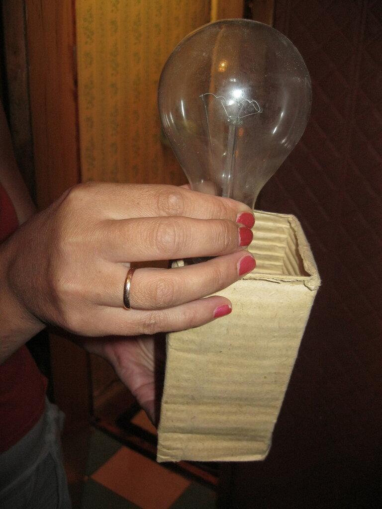 Применение 150-ваттных ламп накаливания может не только вызвать горелый запах, но и привести к более серьёзным последствиям.