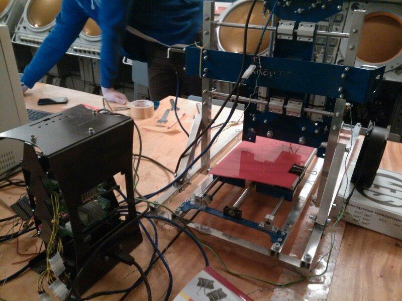 Рраптор режет красный акрил-05.jpg