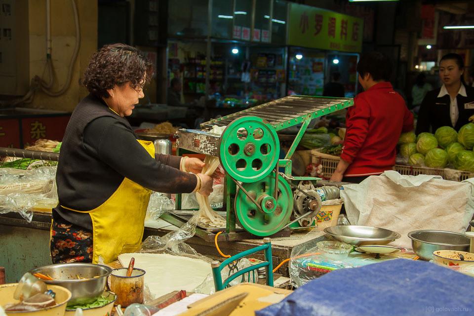 11. Китайцы горазды на выдумку. На всём рынке есть множество машинок для нарезки лапши, но я не