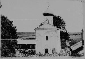 Прихожане  после службы у летней церкви в Спасском монастыре.
