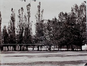 Вид территории плаца вблизи здания корпуса.