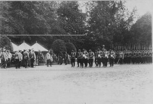Император Николай II  и цесаревич Алексей  принимают парад полка.