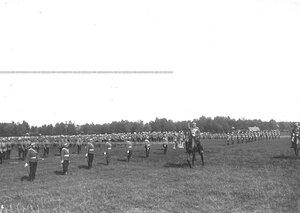 Командир полка объезжает солдат, выстроившихся для гимнастических упражнений .