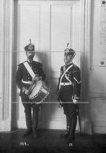 Горнист и барабанщик батальона в форме образца 1912 года.