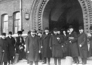 Группа депутатов Первой Государственной думы, подписавших Выборгское воззвание и осужденных на 3 месяца тюремного заключения, у ворот тюрьмы.