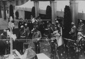 Император Николай II, духовные лица и сопровождающая его свита на закладке новых  казарм  полка; справа от него - командир полка генерал П.П. Скоропадский.
