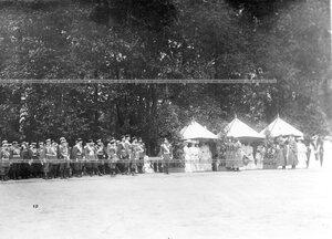 Император Николай II, члены императорской фамилии и офицеры на площади во время парада.