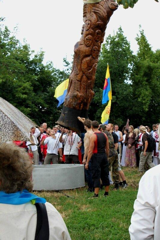 Установка идола Перуна на Старокиевской горе