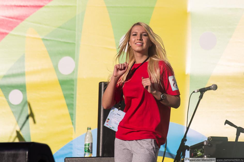 Девушка танцует на сцене фестиваля FIFA Fan Fest в Саранске