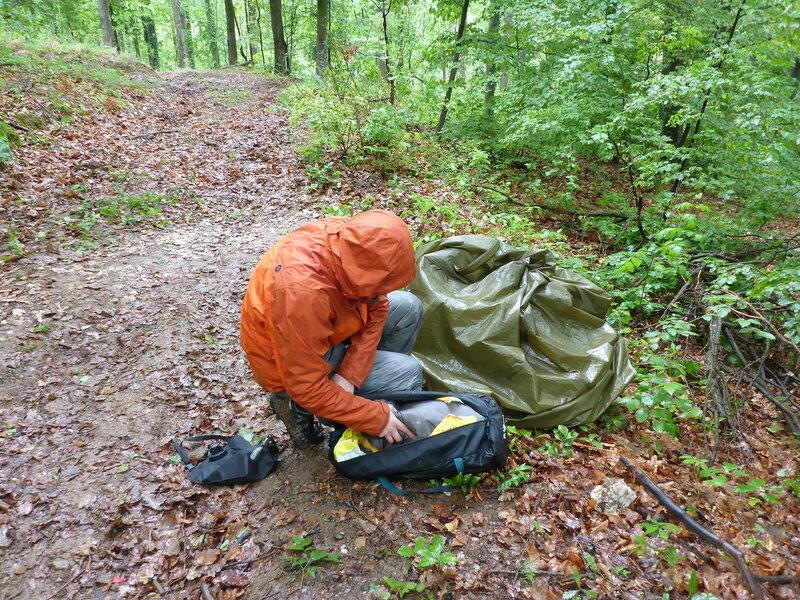 собираем мокрую палатку в походе под дождем