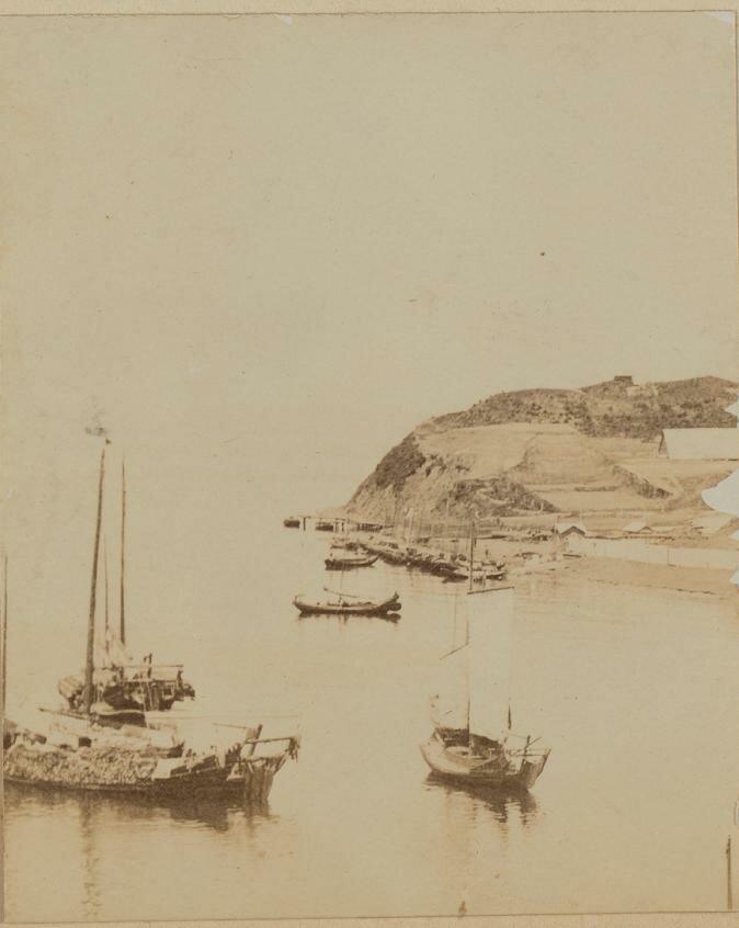 Вид на берег и лодки на акватории Амурского залива к северу от Владивостока. 1899