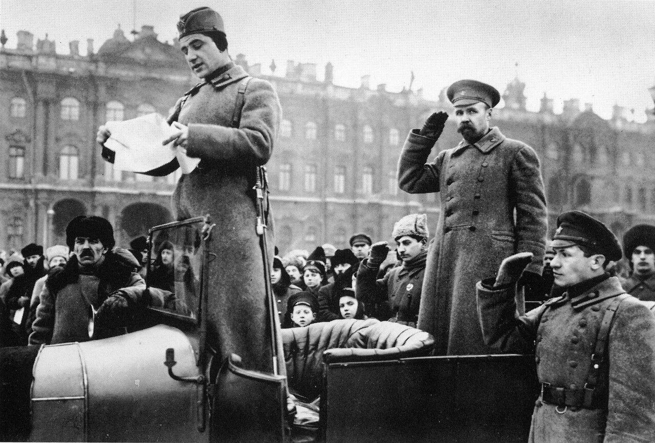 Зачитывается список выпускников курсов командиров Красной Армии.Петроград.1919 год.